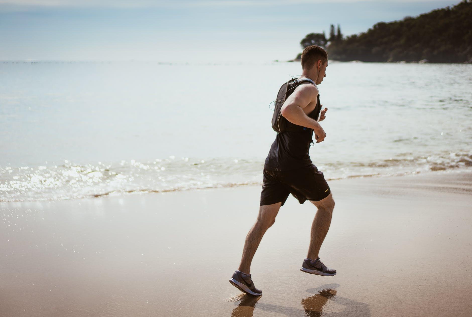 bežec na pláži
