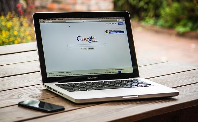 laptop a otevřený vyhledávač google
