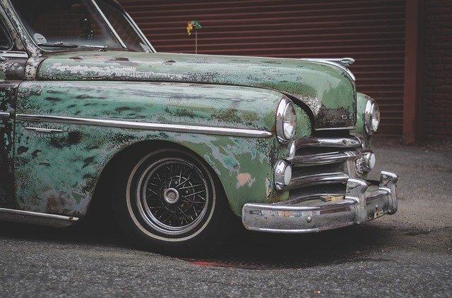 zničený lak auta