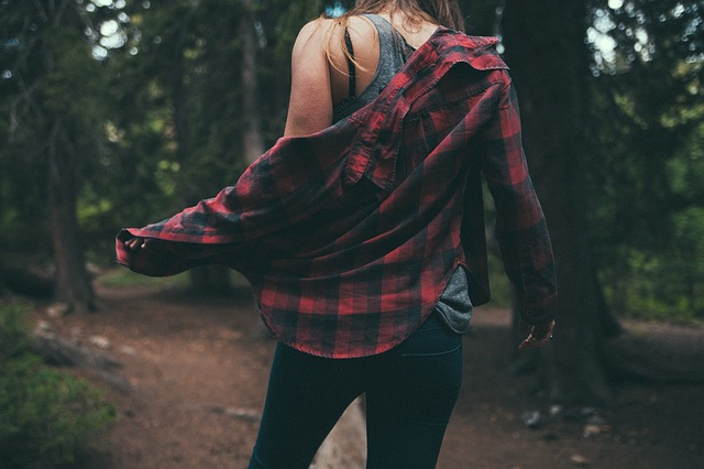 dívka v lese.jpg
