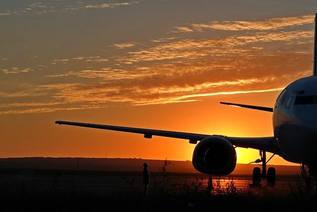 Lietadlo pristálo na dráhe, západ slnka, večer.jpg