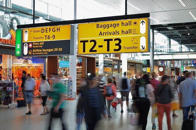 Letisko, veľa ľudí, zhon.jpg