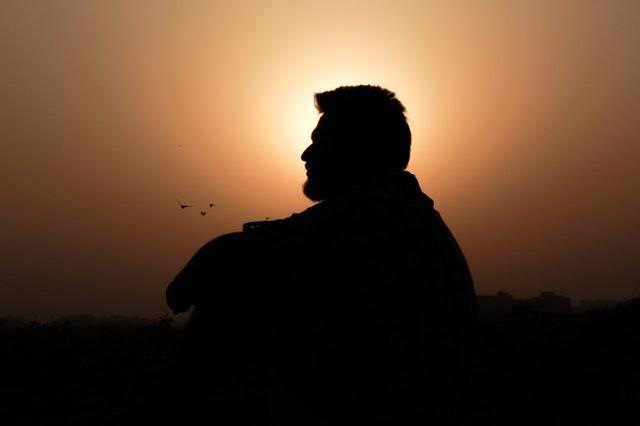 Smutný muž pri západe slnka.jpg
