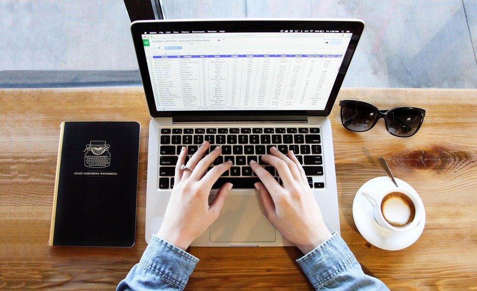 písanie na notebooku
