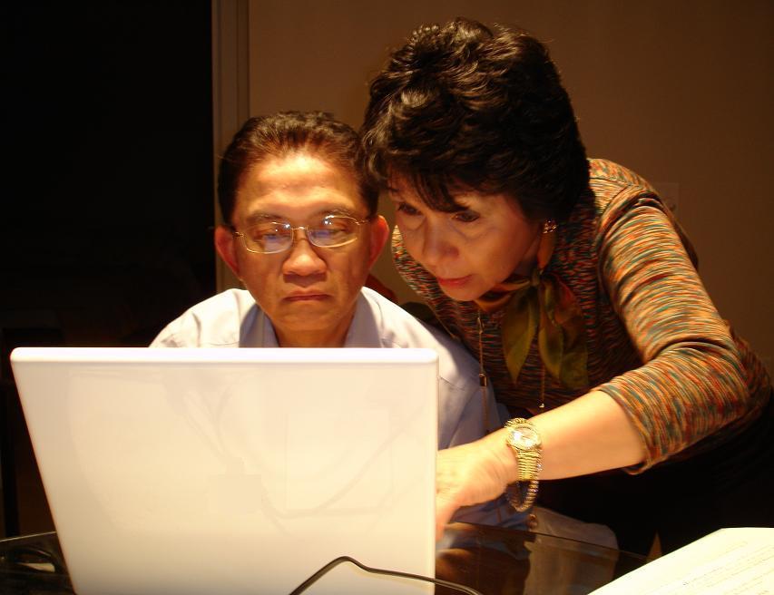 starší pár za počítačom